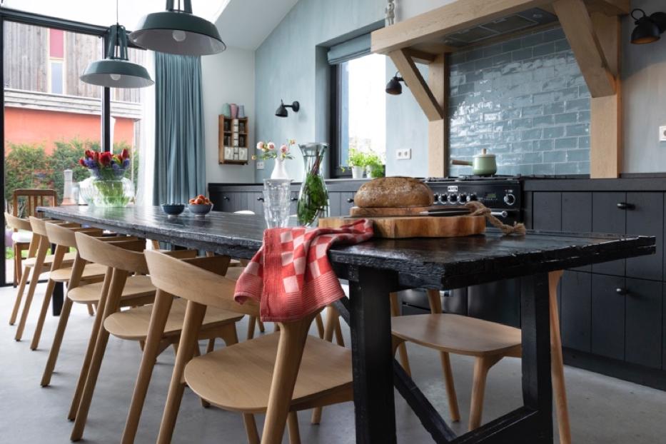 Houseofstyling.nl woonkamer grote zwarte eettafel blauw zwarte keuken industrieel
